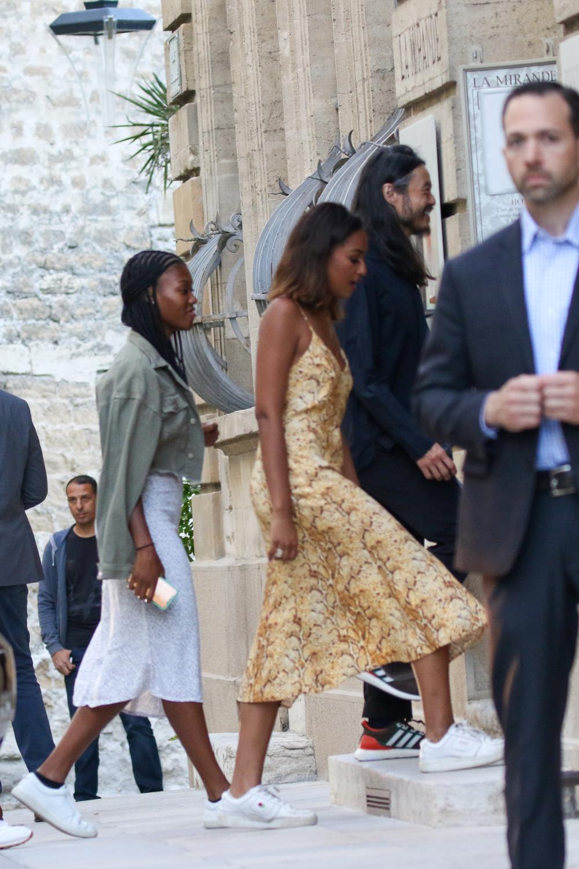 Η αγνώριστη Σάσα Ομπάμα με στενό φόρεμα με print φιδιού και λευκά sneakers