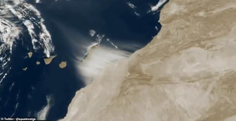 Στη δορυφορική φωτογραφία διακρίνεται η αμμοθύελλα από τη Σαχάρα να σαρώνει τα Κανάρια Νησιά.