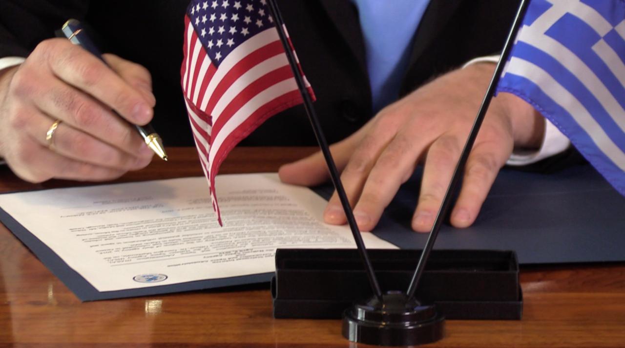 Υπογραφή ΕΛΔO-NASA με τις δύο σημαίες στο τραπέζι