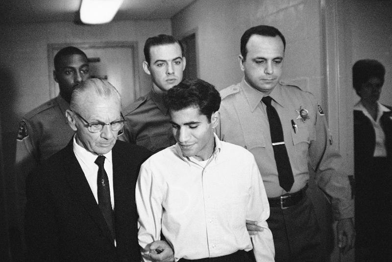 Ο Σιρχάν Σιρχάν συζητά με τον δικηγόρο του έξω από την αίθουσα δικαστηρία το 1968.