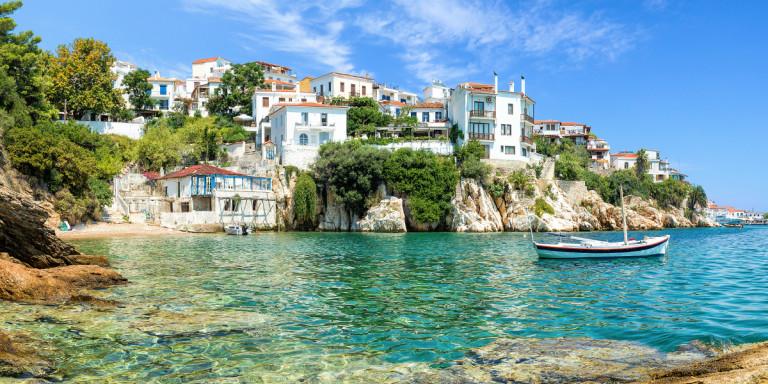 Σκιάθος παραλία σπίτια βάρκα