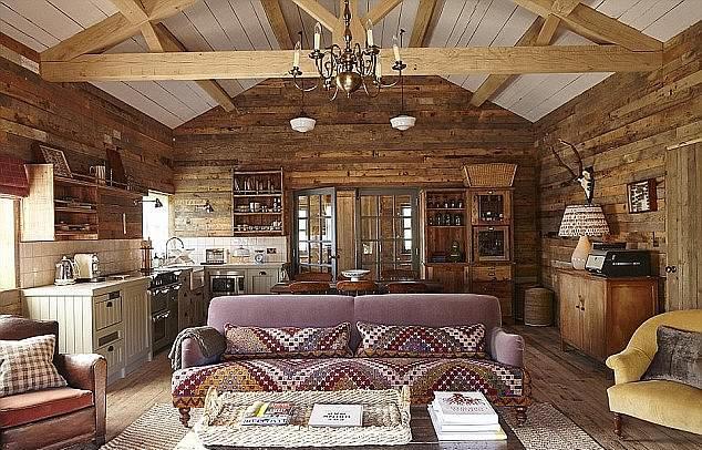 Λέγεται πως η Μέγκαν Μαρκλ χρησιμοποίησε τις υπηρεσίες της σχεδιάστριας Βίκι Τσαρλς που ήταν υπεύθυνη για την διακόσμηση του Soho Farmhouse