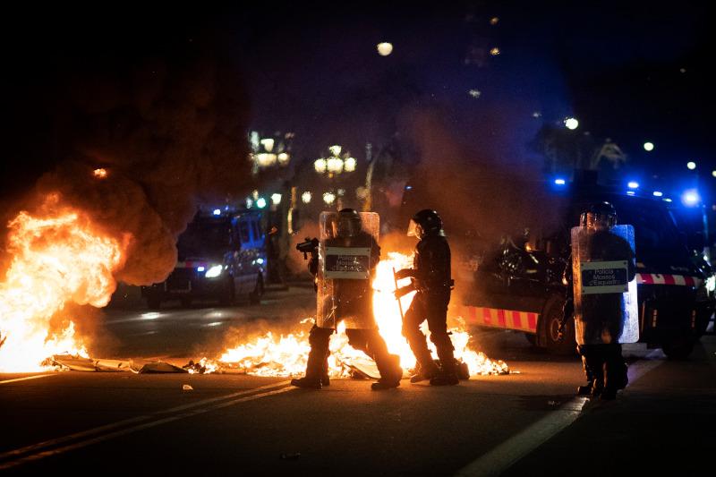 Ομάδες διαδηλωτών εξοργισμένων με τη σύλληψη του ράπερ συγκρούστηκαν με αστυνομικούς