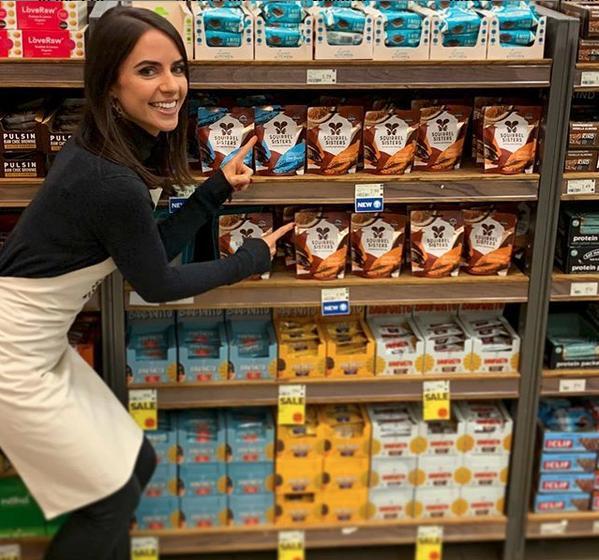 Η Γκράτσιε ποζάροντας δίπλα στα υγιεινά τους σνακ