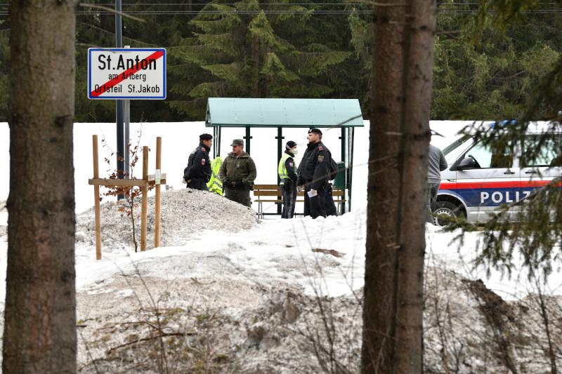 Aστυνομικοί φρουρούν την είσοδο του St.Anton κοντά στο Ισγκλ - Η επαρχία στο Τιρόλο τέθηκε σε καραντίνα λόγω του κορωνοϊού.