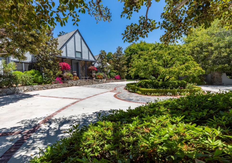 Η ανακαινισμένη είσοδος της κατοικίας του Σταύρου Νιάρχου στην Καλιφόρνια