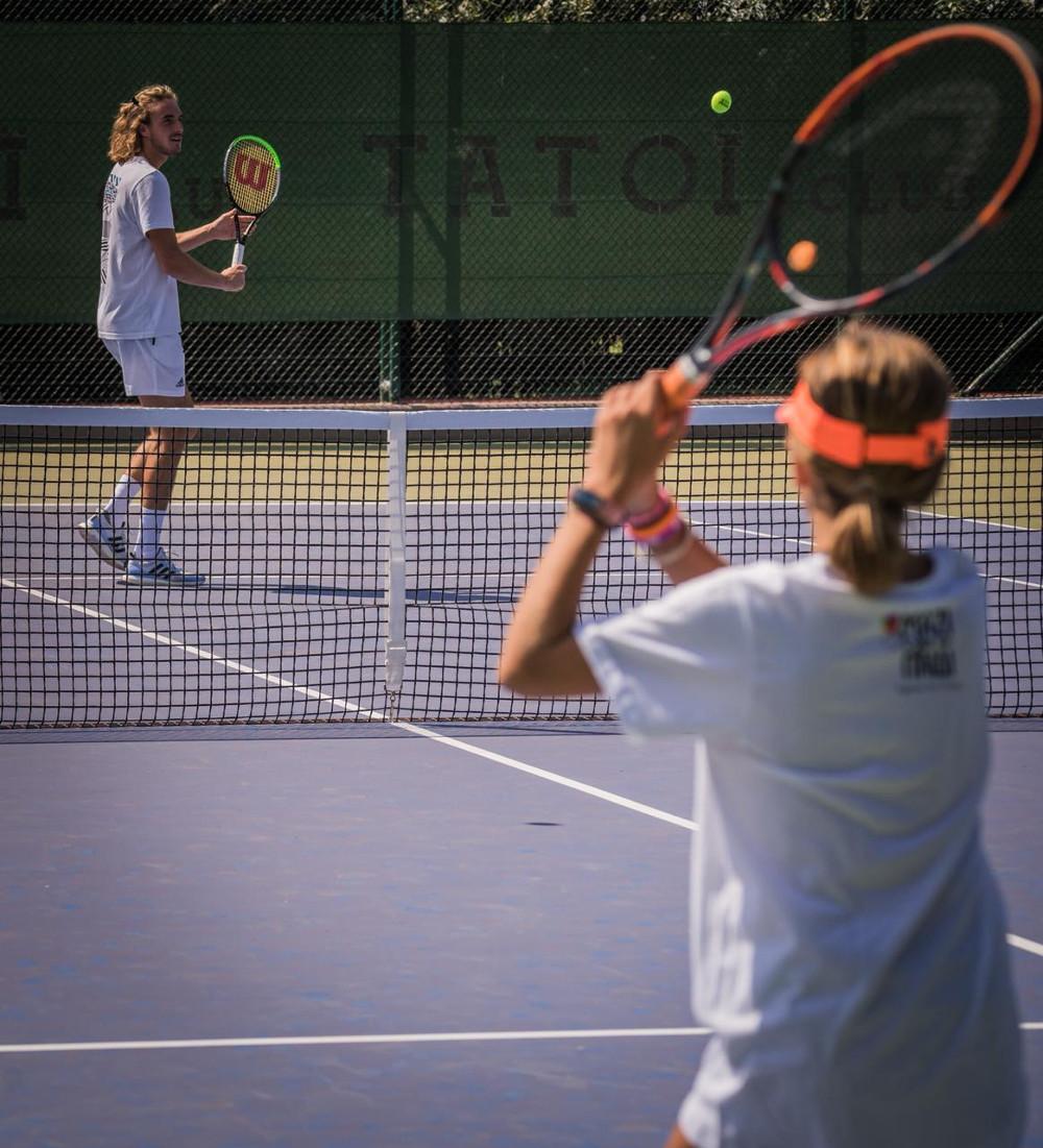 Ο Στέφανος Τσιτσιπάς παίζει τένις με ένα κορίτσι