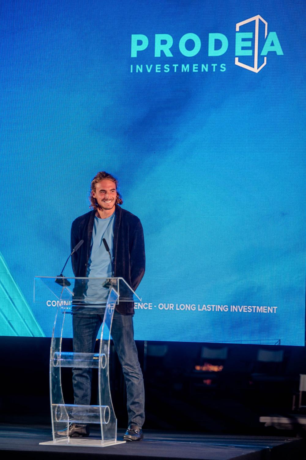 Ο Στέφανος Τσιτσιπάς στο βήμα εκδήλωσης για την Prodea