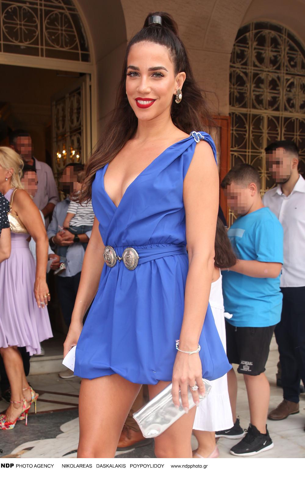 Η Κατερίνα Στικούδη με κοντό μπλε φόρεμα έξω από εκκλησία