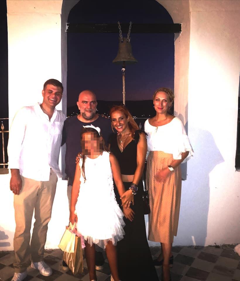 Ο Μπάμπης Στόκας και η Φωτεινή Ψυχίδου με την κόρη τους Ιόλη Θεοδώρα και τους νονούς της