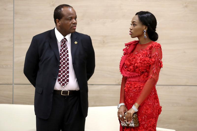 Ο βασιλιάς της Σουαζιλάνδης, Mswati III με μία από τις 14 συζύγους του.