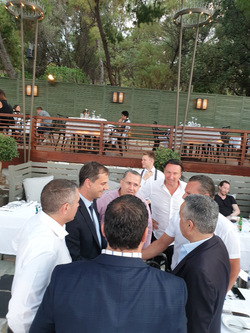 Ο πρόεδρος της Ελληνικής κοινότητας Μελβούρνης Βασίλης Παπαστεργιάδης με τον  Χάρη Θεοχάρη.