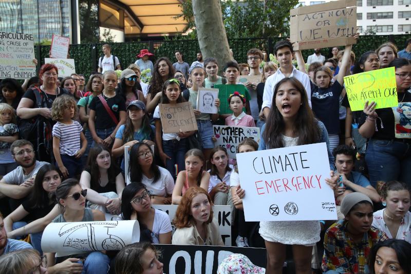 Η Γκρέτα Τούνμπεργκ διαδηλώνει μαζί με εκατοντάδες νέους για το περιβάλλον / Φωτογραφία: AP