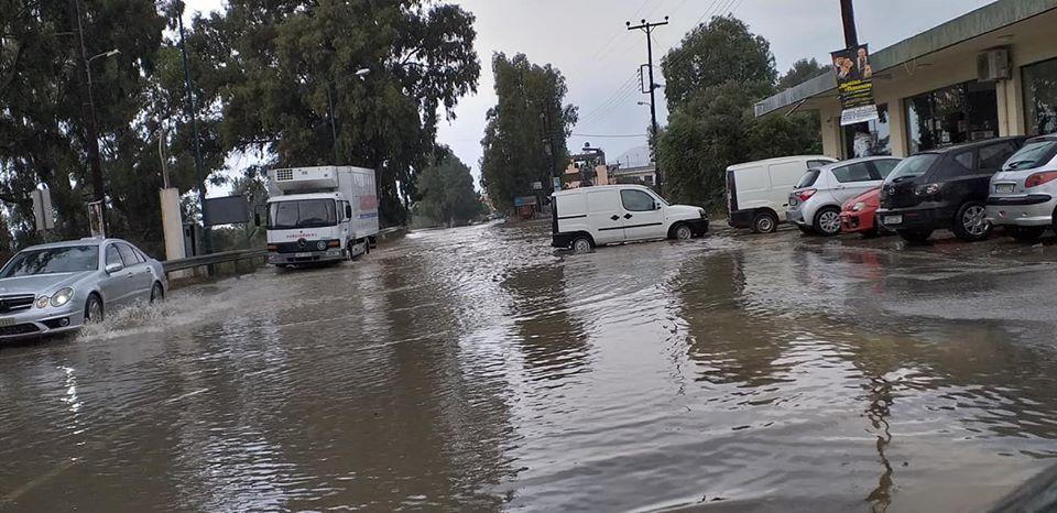 Πλημμυρισμένος δρόμος στο Τυμπάκι