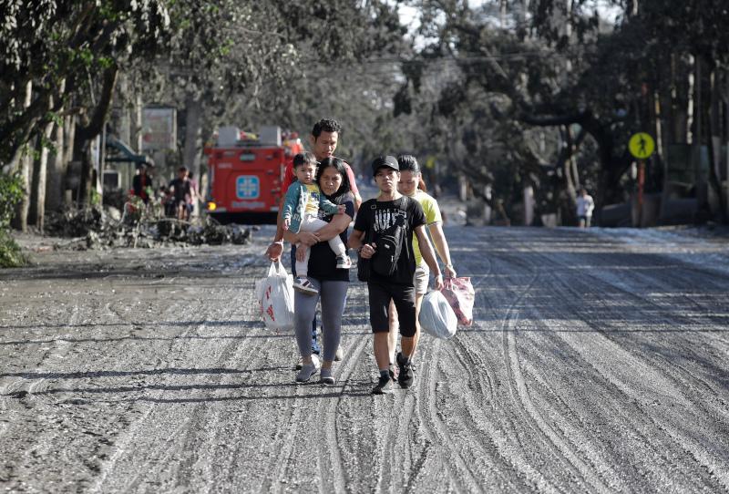 Χιλιάδες άνθρωποι έχουν εγκαταλείψει τις εστίες τους στην περιοχή γύρω από το ηφαίστειο Ταάλ.