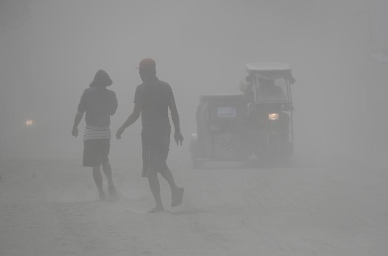 Ηφαιστειακή τέφρα έχει καλύψει τα πάντα σε χωριά γύρω από την περιοχή της λίμνης Ταάλ, όπου βρίσκεται το ομώνυμο ηφαίστειο.