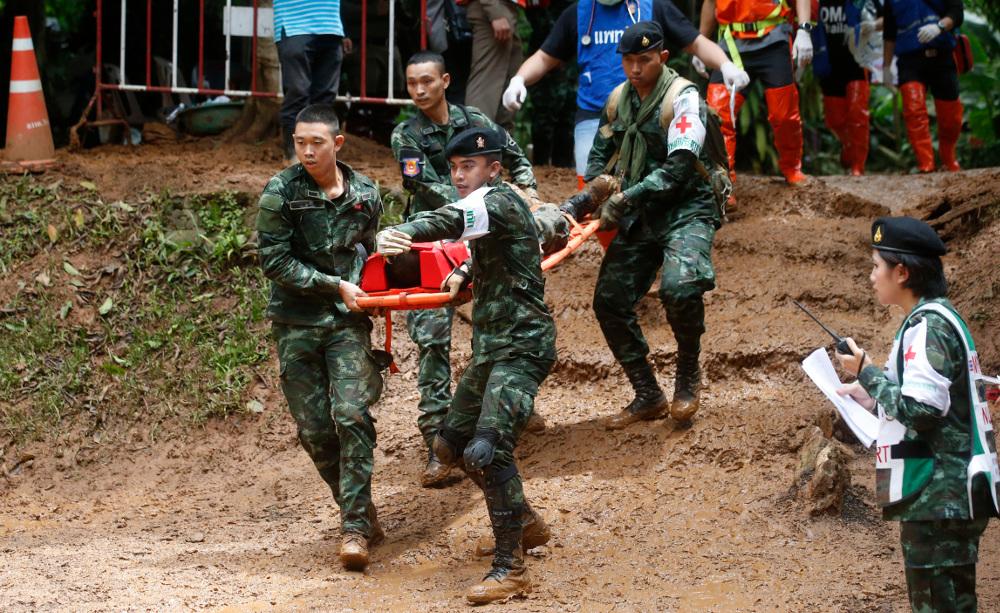 Διασώστες απεγκλωβίζουν τα παιδιά από το σπήλαιο στην Ταϊλάνδη