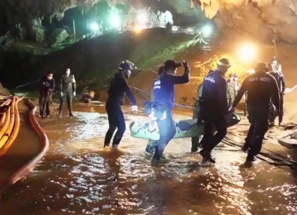 Οι δύτες στην Ταϊλάνδη βγάζουν τα παιδιά από το πλημμυρισμένο σπήλαιο