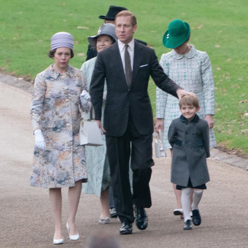 Η Ολίβια Κόλμαν (ως βασίλισσα Ελισάβετ) με τον σύζυγό της και τον νεαρό πρίγκιπα Άντριου με το ίδιο παλτό με αυτό που φόρεσε το 2016 ο πρίγκιπας Τζορτζ