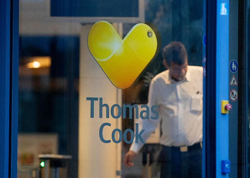 Φύλακας κλείνει την είσοδο παραρτήματος της Thomas Cook σε προάστιο της Φρανκφούρτης μετά την πτώχευση της εταιρείας.