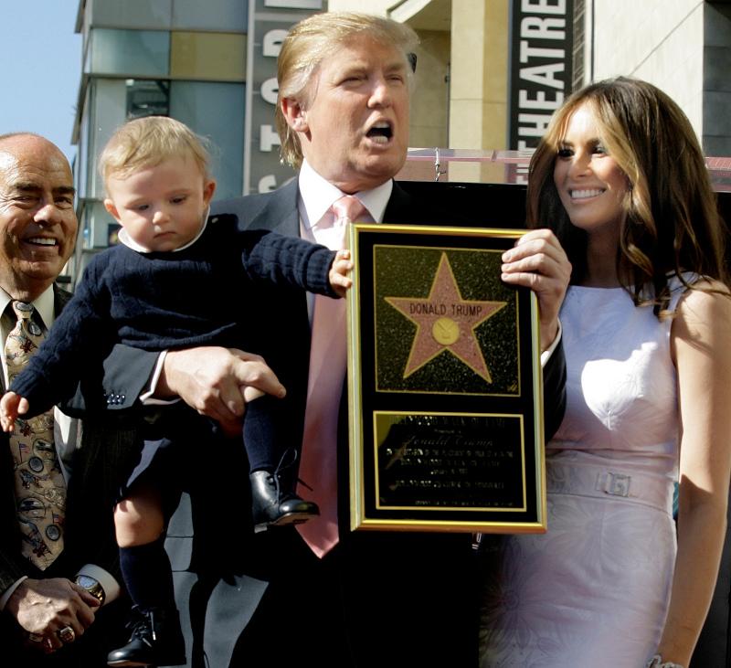 O Ντόναλντ Τραμπ και η Μελάνια ποζάρουν στο φακό με τον γιο τους Μπάρον στη Λεωφόρο της Δόξας του Χόλιγουντ στις 16 Ιανουαρίου του 2007.