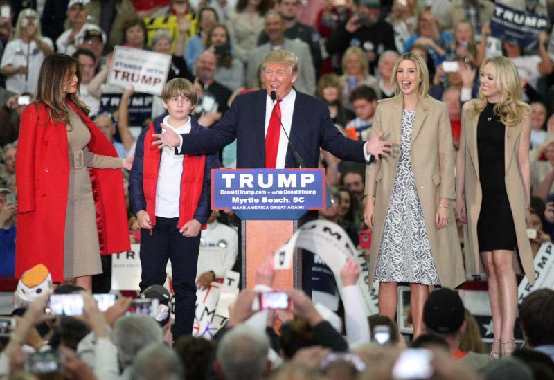 O Τραμπ με τη Μελάνια, το γιο του Μπάρον και τις κόρες του Ιβάνκα και Τίφανι σε προεκλογική του συγκέντρωση στη Νότια Καρολίνα το 2016