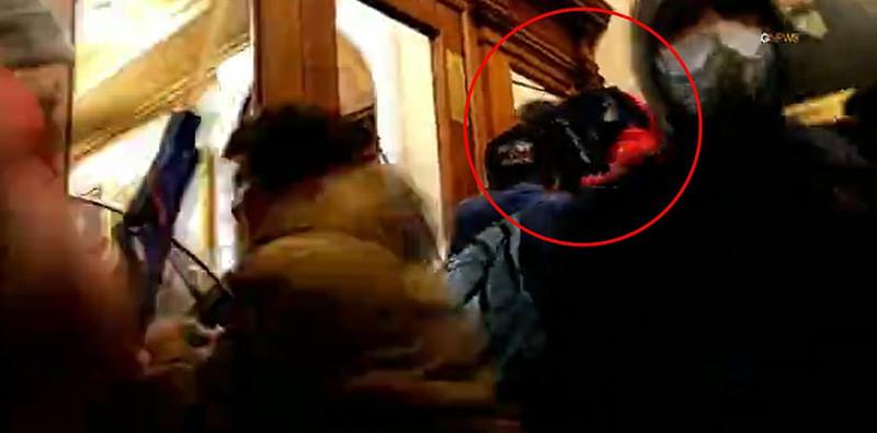 H στιγμή που η 35χρονη οπαδός του Τραμπ προσπαθεί να σκαρφαλώσει από σπασμένο παράθυρο σε αίθουσα του Καπιτωλίου