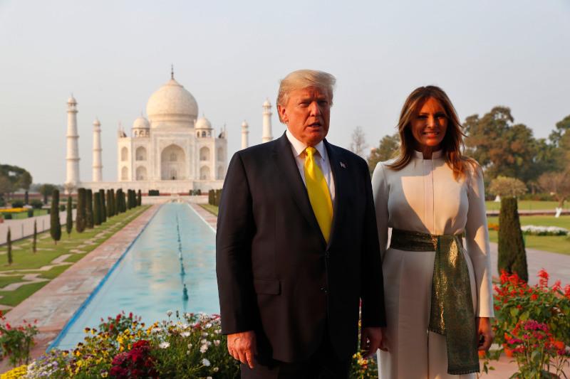 Το προεδρικό ζεύγος των ΗΠΑ κατά την επίσκεψή του στο Ταζ Μαχάλ, στην Ινδία στις 24 Φεβρουαρίου του 2020