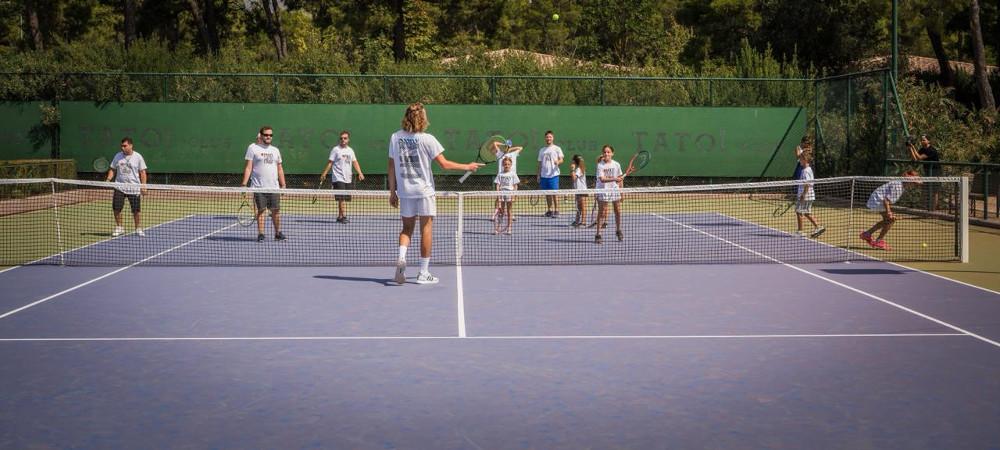 Ο Στέφανος Τσιτσιπάς παίζει τένις με τα παιδιά του «Μαζί για το Παιδί»