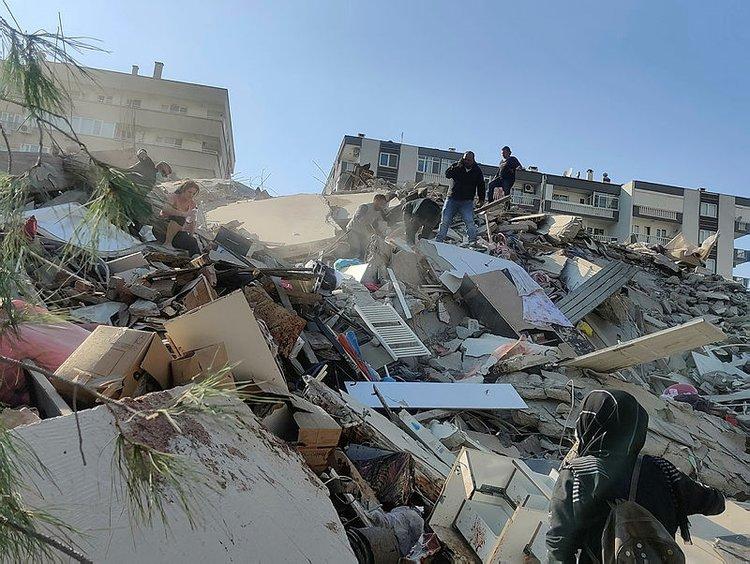 Ο σεισμός κατεδάφισε ολόκληρα κτίρια στη Σμύρνη