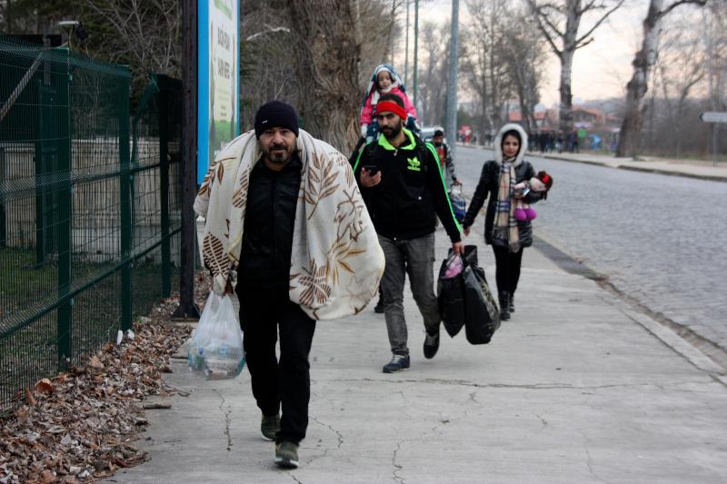 Πρόσφυγες με λιγοστά υπάρχοντα στα χέρια καταφθάνουν στην Αδριανούπολη.