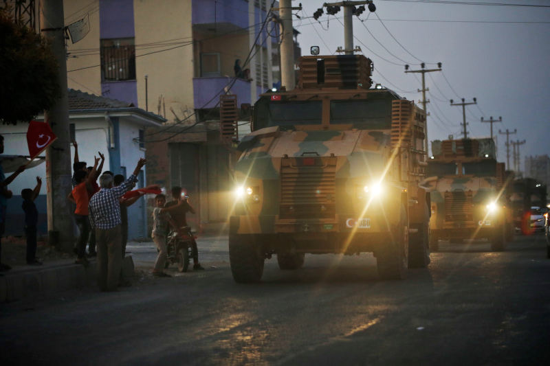 Tουρκικά τεθωρακισμένα οχήματα μεταφοράς προσωπικού περνούν από το Ακτσάκαλε της Τουρκίας καθ' οδόν προς τη βόρεια Συρία.