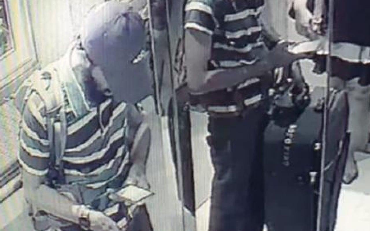 Ο Τζαμίλ Μοχάμεντ με καπέλο του μπέιζμπολ και γενειάδα κι ένα σακίδιο πλάτης, που πιστεύεται ότι περιείχε εκρηκτικά, στο ξενοδοχείο Taj της πρωτεύουσας της Σρι Λάνκα.