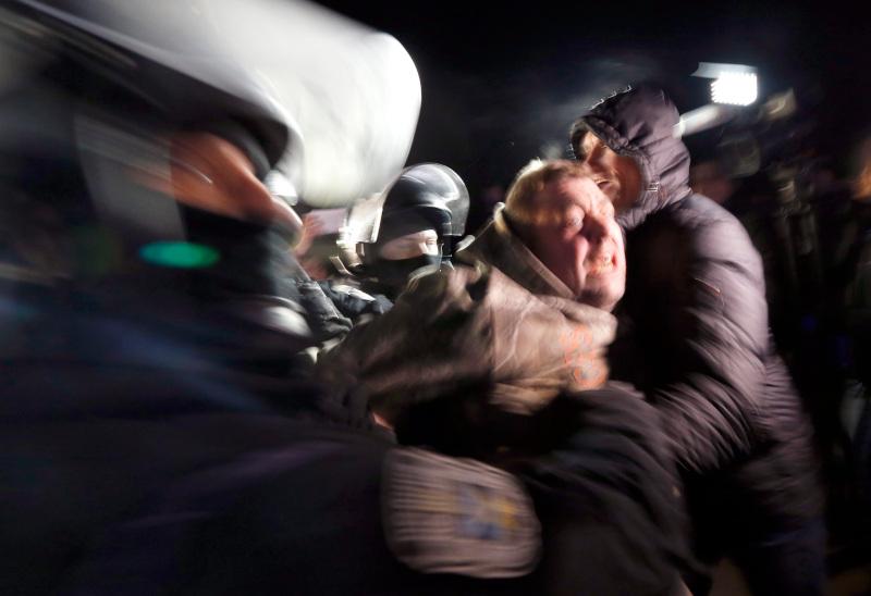 Όλη μέρα κράτησαν τα επεισόδια στην κωμόπολη Νόβι Σανζάρι της Ουκρανίας μεταξύ αστυνομίας και κατοίκων που αντιδρούσαν στην άφιξη ατόμων από την Ουχάν της Κίνας λόγω φόβων για εξάπλωση του κορωνοϊού