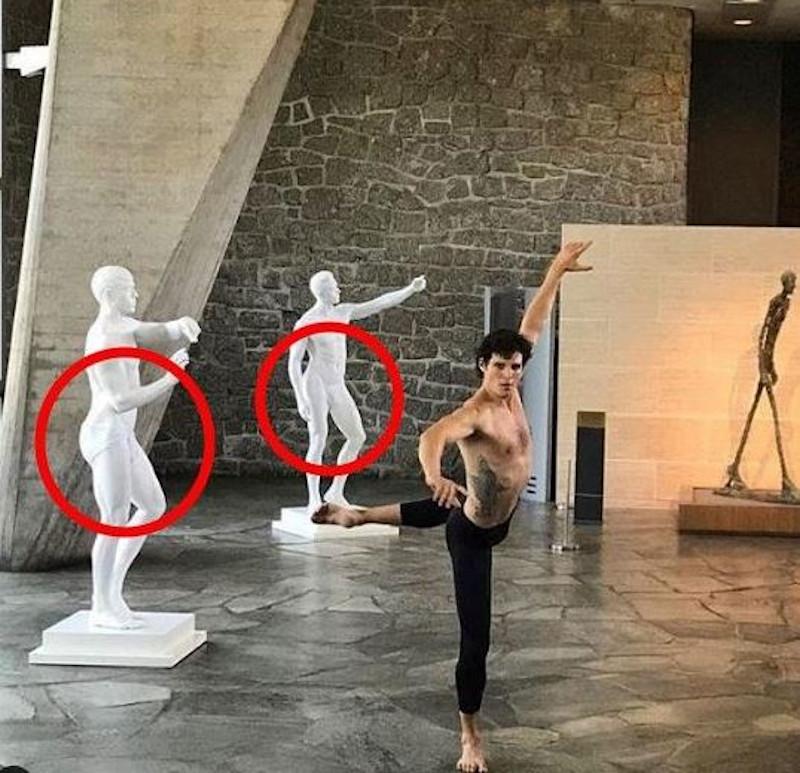 Τα γλυπτά καλυμμένα με εσώρουχα στην έδρα της Unesco στο Παρίσι.