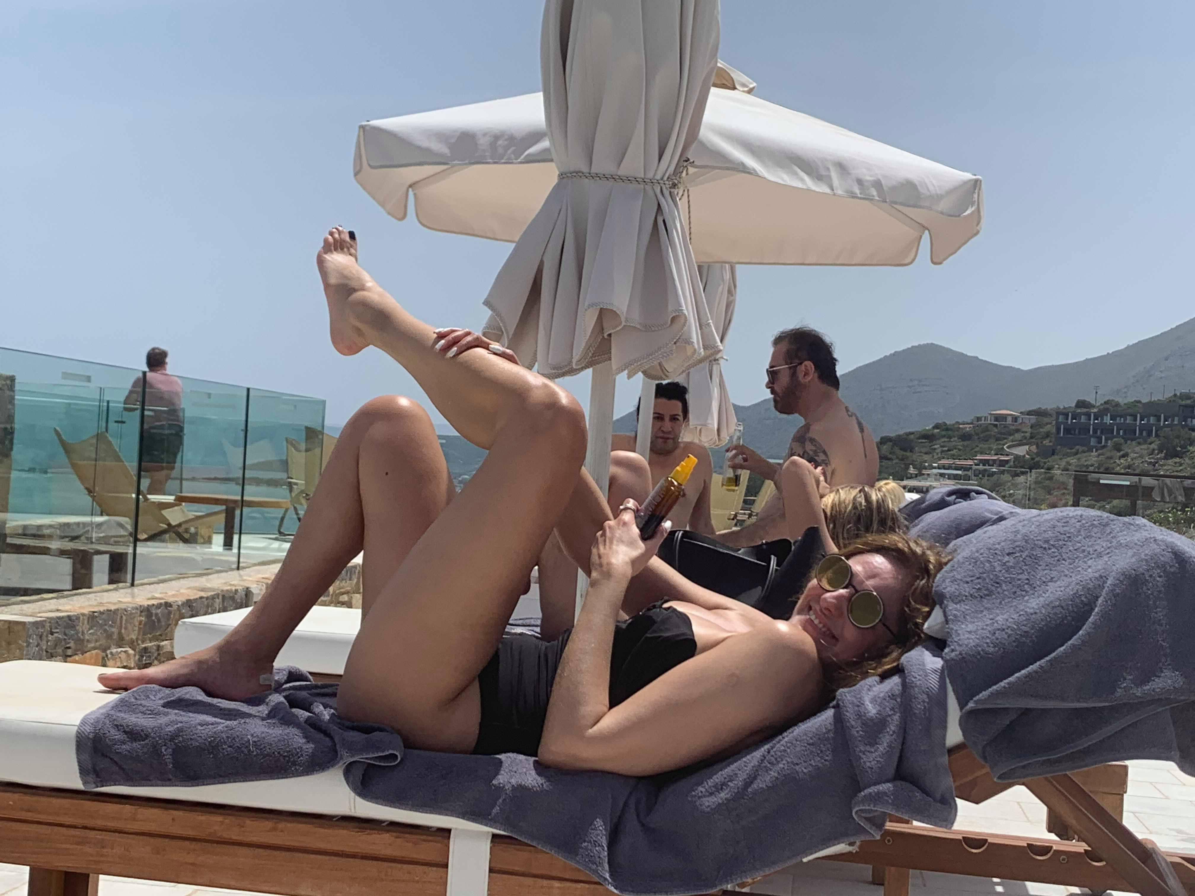 H Βίκυ Κουλιανού ποζάρει χαμογελαστή στην πισίνα στο Ελούντα