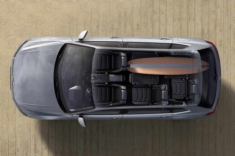 Αυξημένος είναι ο χώρος αποσκευών, ο οποίος με αναδιπλωμένες τις δύο θέσεις της 3ης σειράς μπορεί να προσφέρει ωφέλιμο όγκο από 760 έως και 1.920 λίτρα
