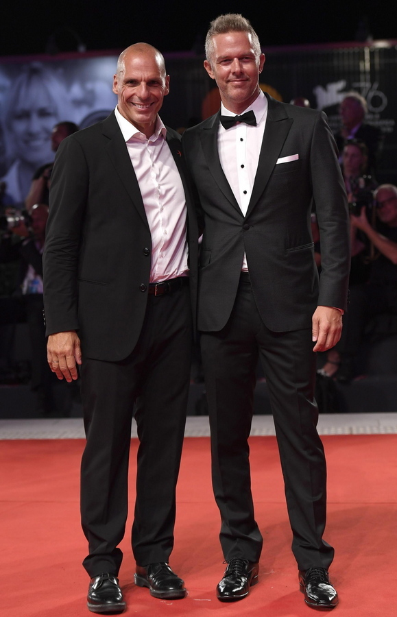 Ο Γιάνης Βαρουφάκης ποζάρει με το alter ego του στην ταινία, τον Χρήστο Λούλη