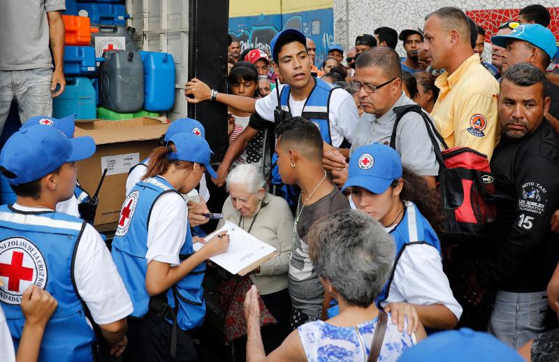 Βενεζουελάνοι πολιορκούν φορτηγό του Διεθνούς Ερυθρού Σταυρού, που μετέφερε φορτίο ανθρωπιστικής βοήθειας στο Καράκας.