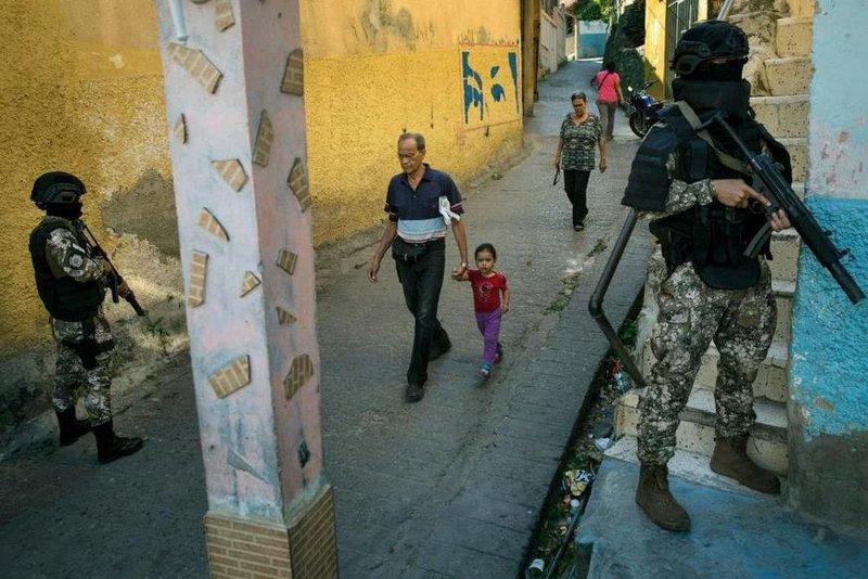 Οι κάτοικοι των μεγαλουπόλεων κυκλοφορούν μόνον στη διάρκεια της μέρας στους δρόμους.