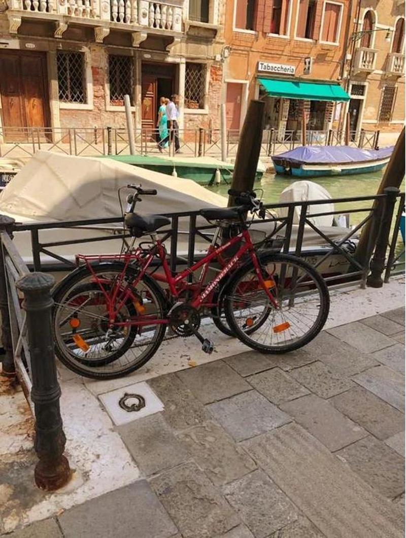Πρόστιμο -«φωτιά» επέβαλαν οι Αρχές της Βενετίας και σε τουρίστες που ακούμπησαν τα ποδήλατά τους σε προστατευτικό κιγκλίδωμα δίπλα σ' ένα από τα κανάλια της πόλης.