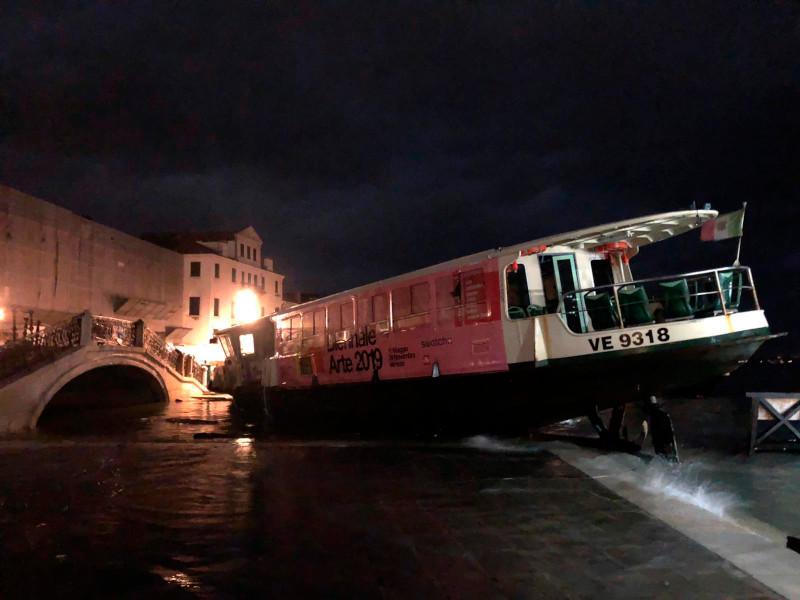 Η στάθμη των υδάτων στη Βενετία έφθασε τα 187 εκατ. με αποτέλεσμα ένα φέρι μποτ να καταλήξει σε προκυμαία.