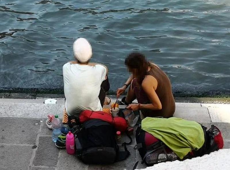 Δύο Γερμανοί τουρίστες από το Βερολίνο πλήρωσαν πρόστιμο 950 ευρώ επειδή έφτιαξαν καφέ κοντά στη γέφυρα του Ριάλτο στη Βενετία.
