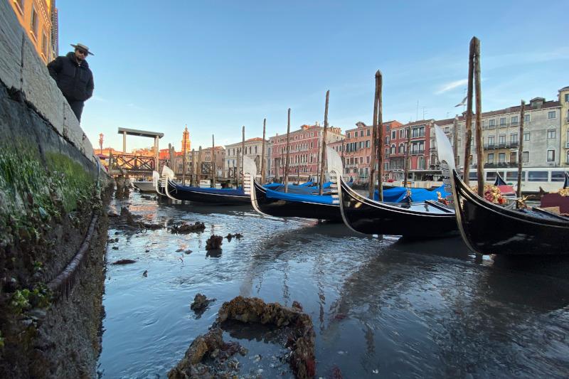 Oι μετακινήσεις με τις γόνδολες σε πολλά από τα κανάλια της Βενετίας ήταν αδύνατες.