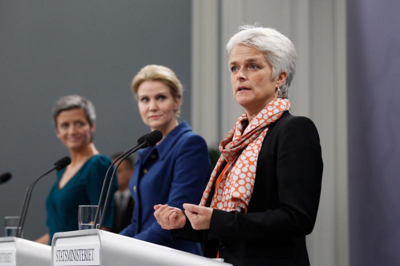 Η Μαργκρέτε Βεστάγκερ (αριστερά) με την τότε πρωθυπουργό της Δανίας Χέλε Τόρνινγκ-Σμιντ και την υπουργό Ανάπτυξης Ανέτε Βίλχελμσεν (δεξιά) σε συνέντευξη Τύπου στις 16/10/2012 στην Κοπεγχάγη μετά από κυβερνητικό ανασχηματισμό.
