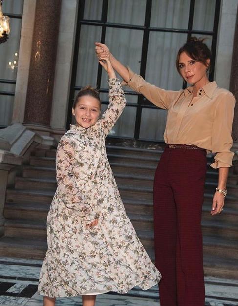 Η Βικτόρια Μπέκαμ με την κόρη της Χάρπερ στην επίδειξη μόδας της σχεδιάστριας