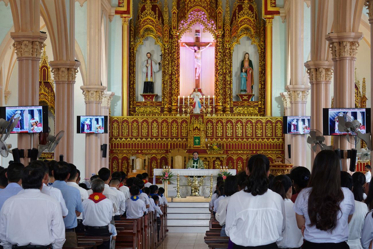 Βιετναμέζοι προσεύχονται για τα θύματα της τραγωδίας του Εσσεξ, φοβούμενοι ότι ανάμεσά τους βρίσκονται και πολλοί συγχωριανοί τους.