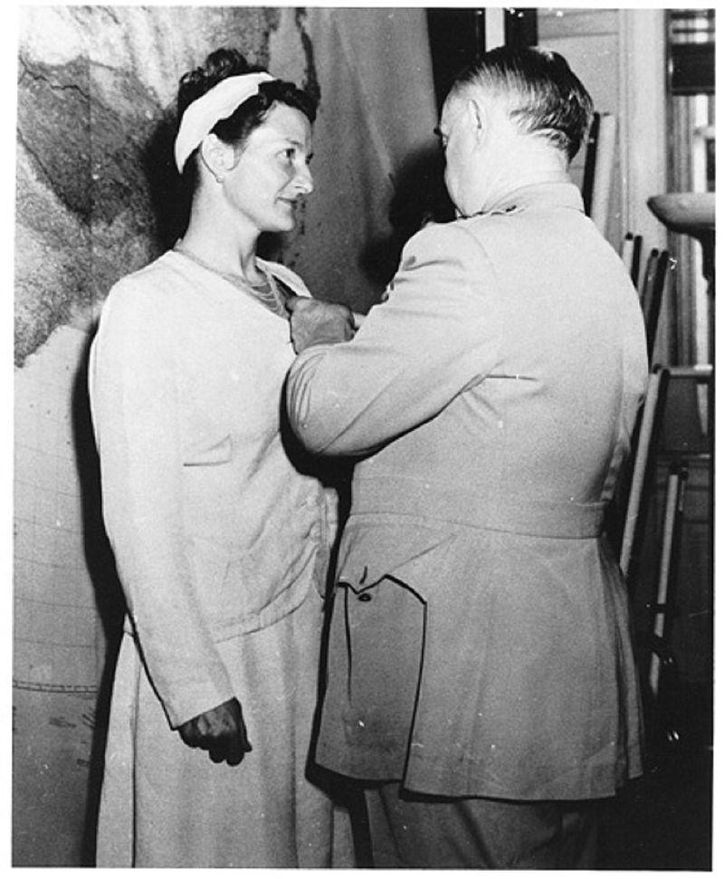 Η Βιρτζίνια Χολ παρασημοφορείται για τη δράση της από τον Αμερικανό τρατηγό Γουίλιαμ Ντόνοβαν με τον «Σταυρό για Διακεκριμένη Υπηρεσία» το 1945  / Φωτογραφία αρχείου: Wikipedia