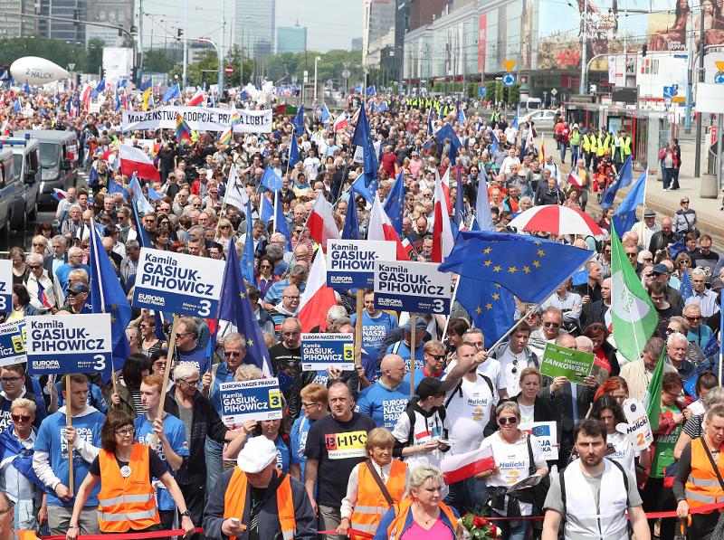 Τουλάχιστον 20.000 διαδηλωτές μετείχαν στη χθεσινή διαδήλωση υπέρ της ΕΕ στη Βαρσοβία.