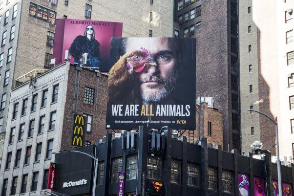 Η γιγαντοαφίσσα του Χοακίν Φίνιξ με την καμπάνια της PETA